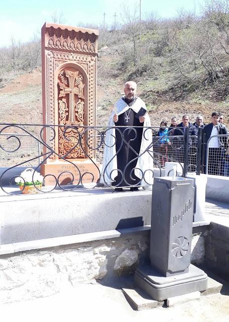 Khachkar construido en memoria de héroes de la Guerra de Abril