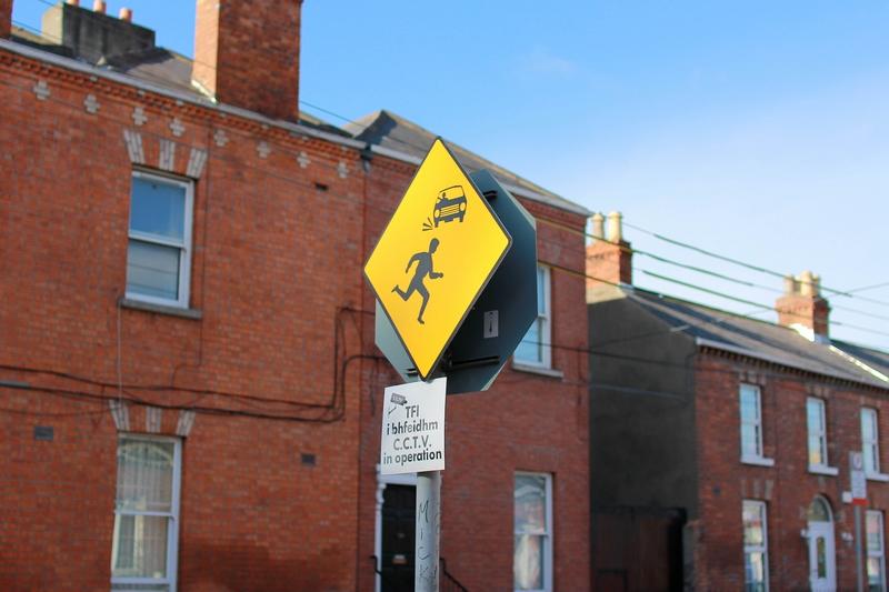 panneau noir et jaune interdiction de traverser la route