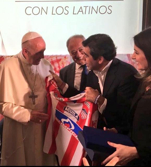 El Papa  Francisco, recibiendo la Camiseta de Papá de  parte de Alex Char