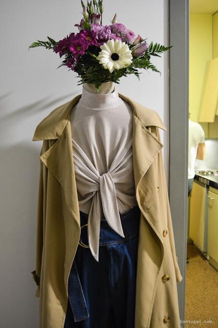 manequim con trench y flores en la cabeza de le t shirt fantastique en el designroom x resa Bilbao 2016,