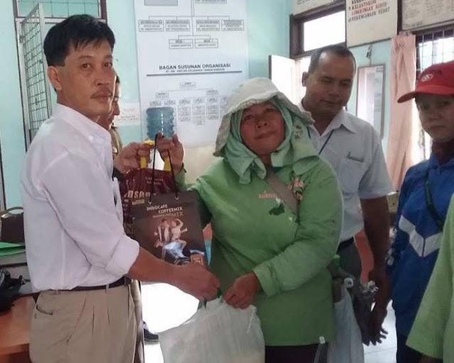 Jelang Lebaran, Penyapu Jalan Dapat Sembako dari PT. STTC