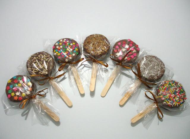 pirulitos de brigadeiro com bolacha