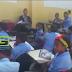 Niños reciben docencia en el patio de una escuela en Los Guandules de Hato del Yaque, Santiago