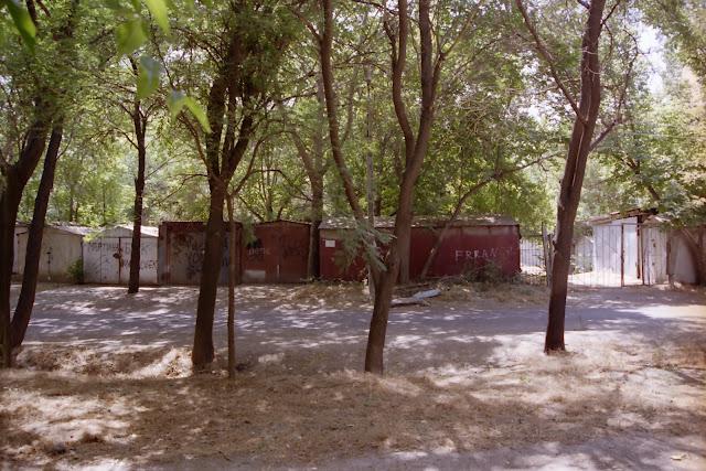 Ouzbékistan, Tachkent, garage, © L. Gigout, 2001