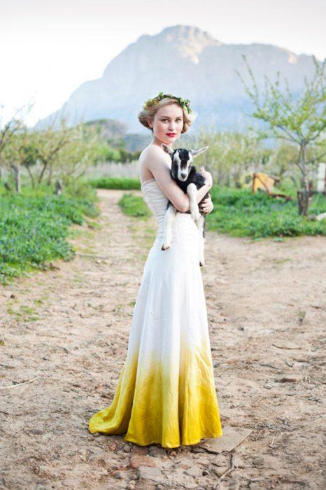 vestido de novia con color amarillo