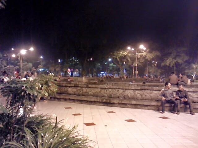 Suasana Taman Bungkul di Malam Hari