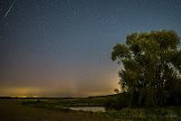 Zorza polarna sfotografowana w noc z 27 na 28.09.2017 r., godz. 03:04 CEST. W lewym górnym rogu kadru widoczny również jasny meteor. Poznań, Morasko, wielkopolskie. Autor: Leszek Bartczak