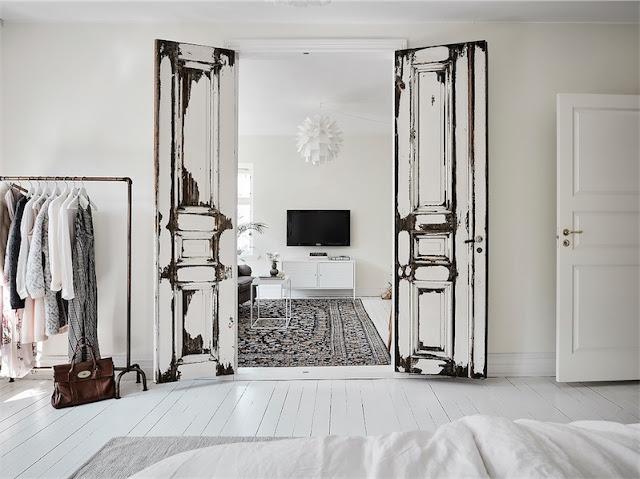 puertas decapadas vistas desde el dormitorio chicanddeco