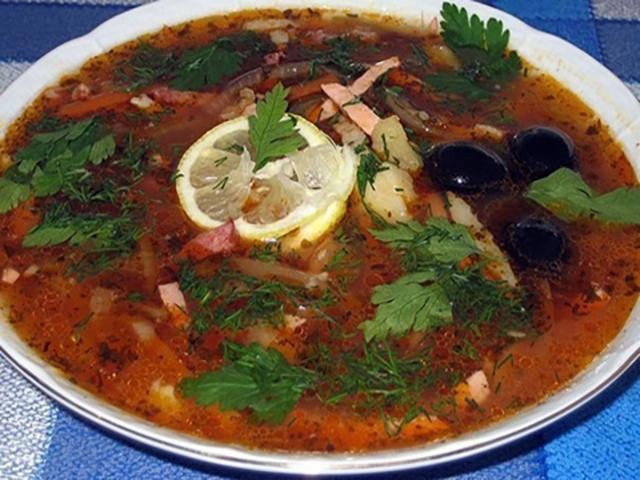как готовить суп солянка с колбасой и мясом