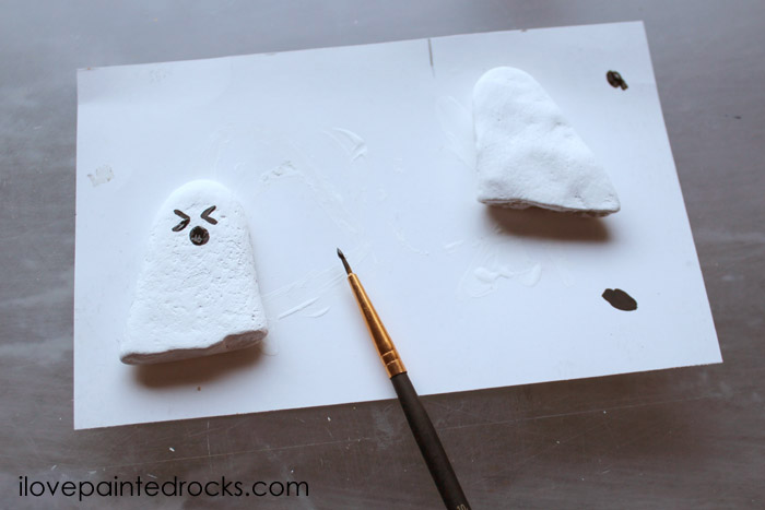 How to paint faces on ghost rocks for Halloween #rockpainting #paintedrocks #halloweencraft