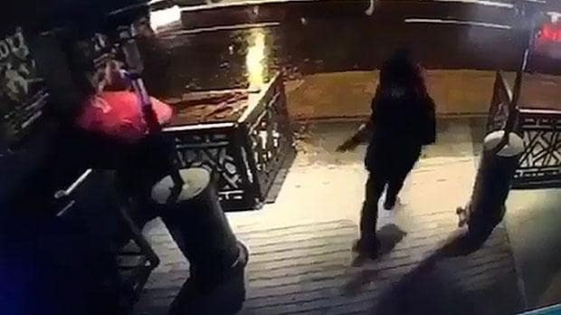 As autoridades dizem que o suspeito é provavelmente um uigur - um grupo formado em grande parte de muçulmanos que vivem na Ásia Central e no oeste da China