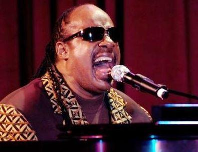 Foto de Stevie Wonder con pelo amarrado