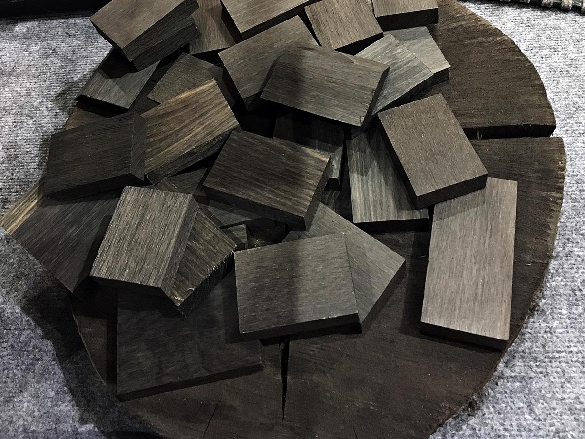 Czarny dąb - o najszlachetniejszym drewnie w Polsce, jak powstaje dąb bagienny, dlaczego nazywany jest polskim hebanem i jaką piękną biżuterię można z niego wykonać - tylko na www.any-blog.pl
