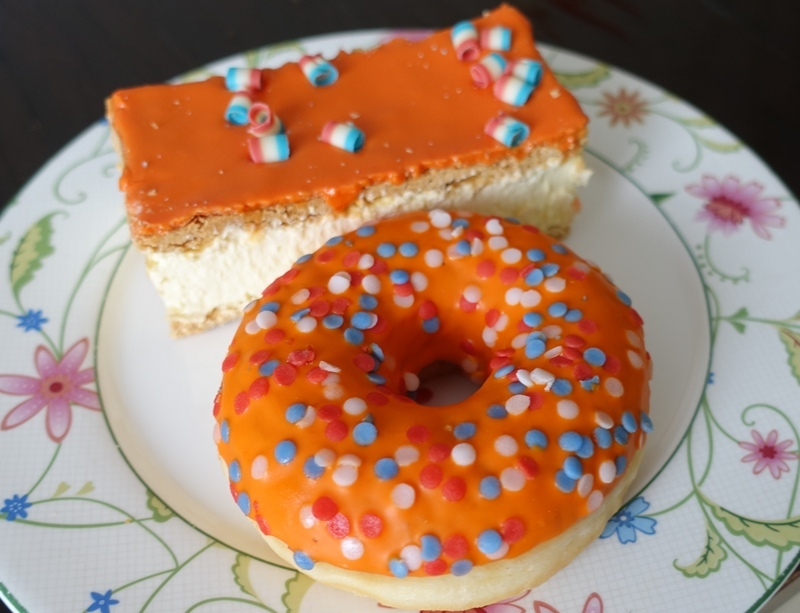 Kingsday 2018 sweet treats tompouce donut orange red white blue flag colors sprinkles and chocolate curls
