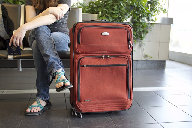 mulher com mala em aeroporto