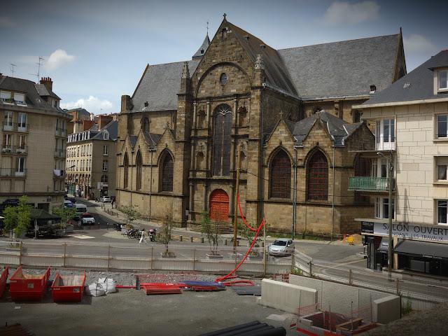 La place et l'église Saint-Germain le dimanche 27 mai... Photo Erwan Corre