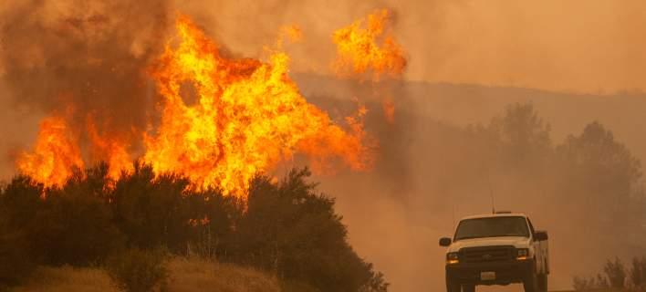 Καλιφόρνια: Η μεγαλύτερη πυρκαγιά στην ιστορία της χώρας θα μαίνεται όλο τον Αύγουστο