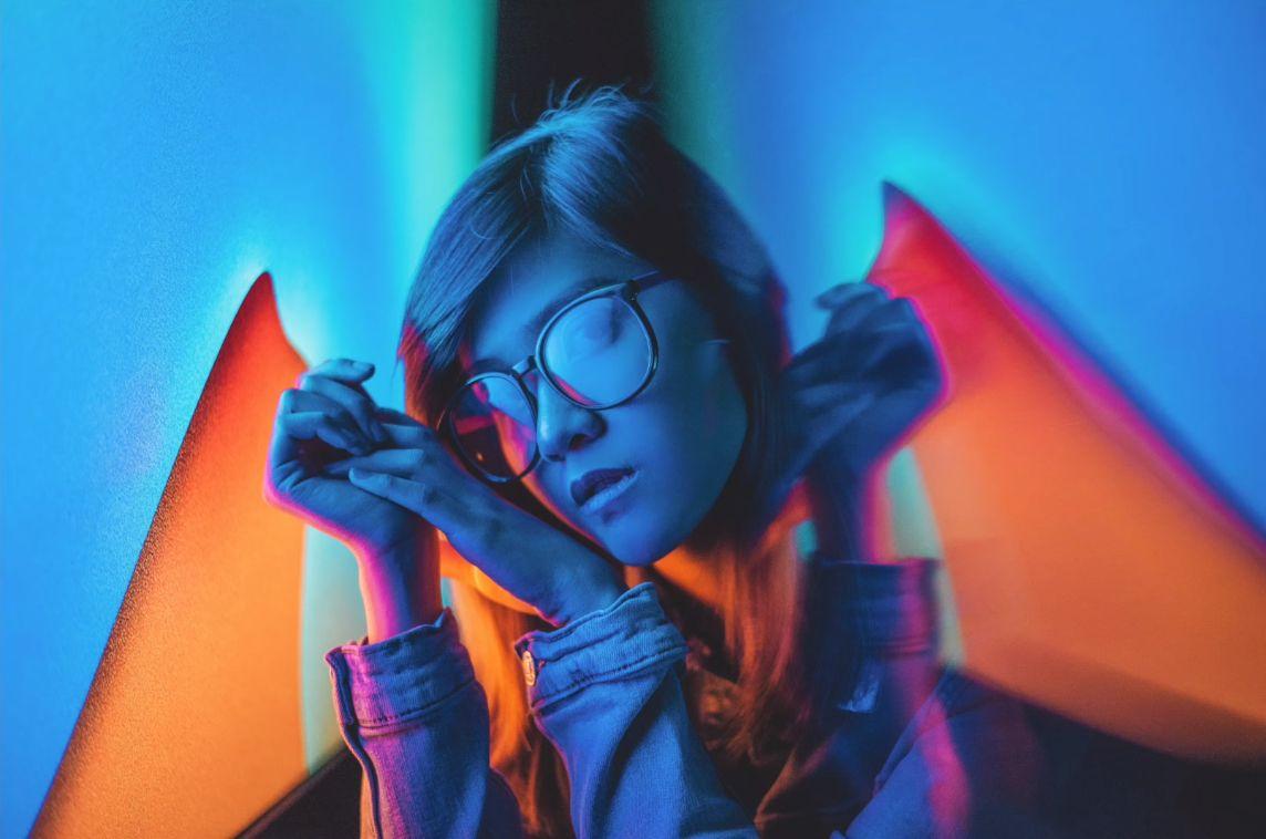 Портрет девушки в неоновом свете