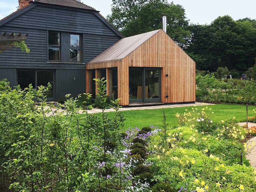 casa de madera y jardin