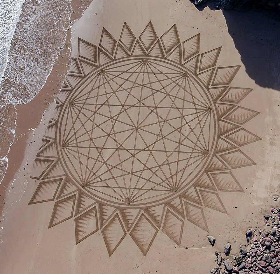 01-Jon-Foreman-Land-art-Geometric-Drawing-in-the-Sand-www-designstack-co