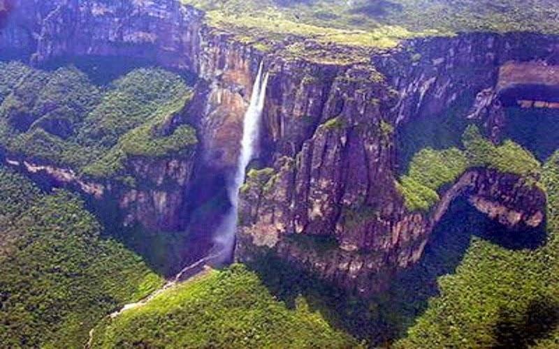 El Salto Ángel (Kerepakupai Vená, en pemón, que significa «salto del lugar más profundo»)n 1 es el salto de agua más alto del mundo, con una altura de 979 m (807 m de caída ininterrumpida), generada desde el Auyantepuy. Se localiza en el Parque Nacional Canaima, en el estado Bolívar, Venezuela.