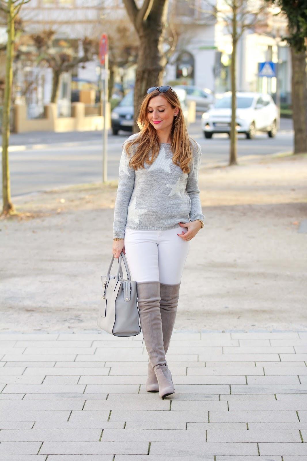 Overknees-Blogger-mit-Overknees-Start.Weitzman-Fashionstylebyjohanna-graue-Overkness-Jessica-Buurman-Jessica-Buurman-Schuhe-weißer-Mantel-streetstyle