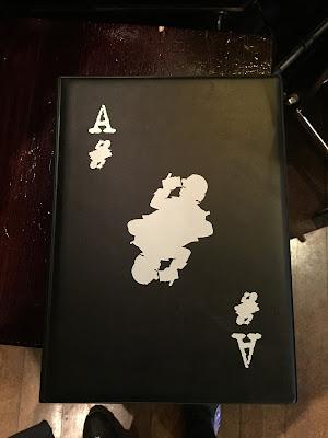 Cardápio em formato de carta de baralho no Akkurat