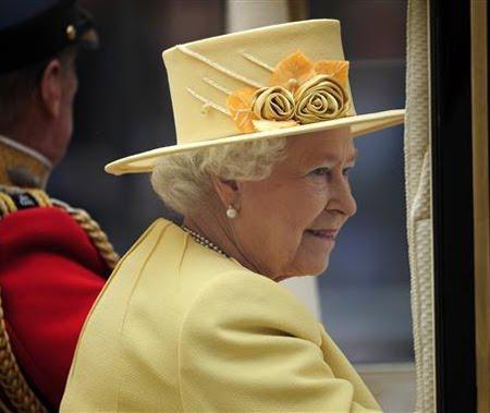 Кралица Елизабет II с жълта шапка с цветя