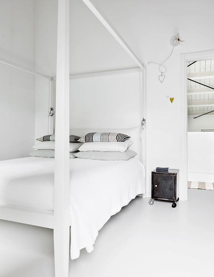 dormitorio blanco estilo nordico dosel cama cojines nordicos mesita auxiliar alquimia deco interiorista barcelona
