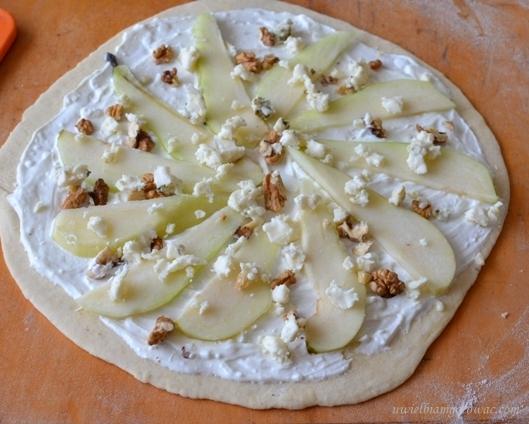 Pizza z kozim serem, gruszką i rukolą