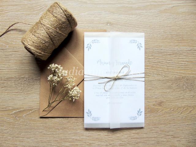 Decora las invitaciones de boda con materiales naturales como el cordón o papel cebolla