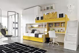habitación en gris y amarillo