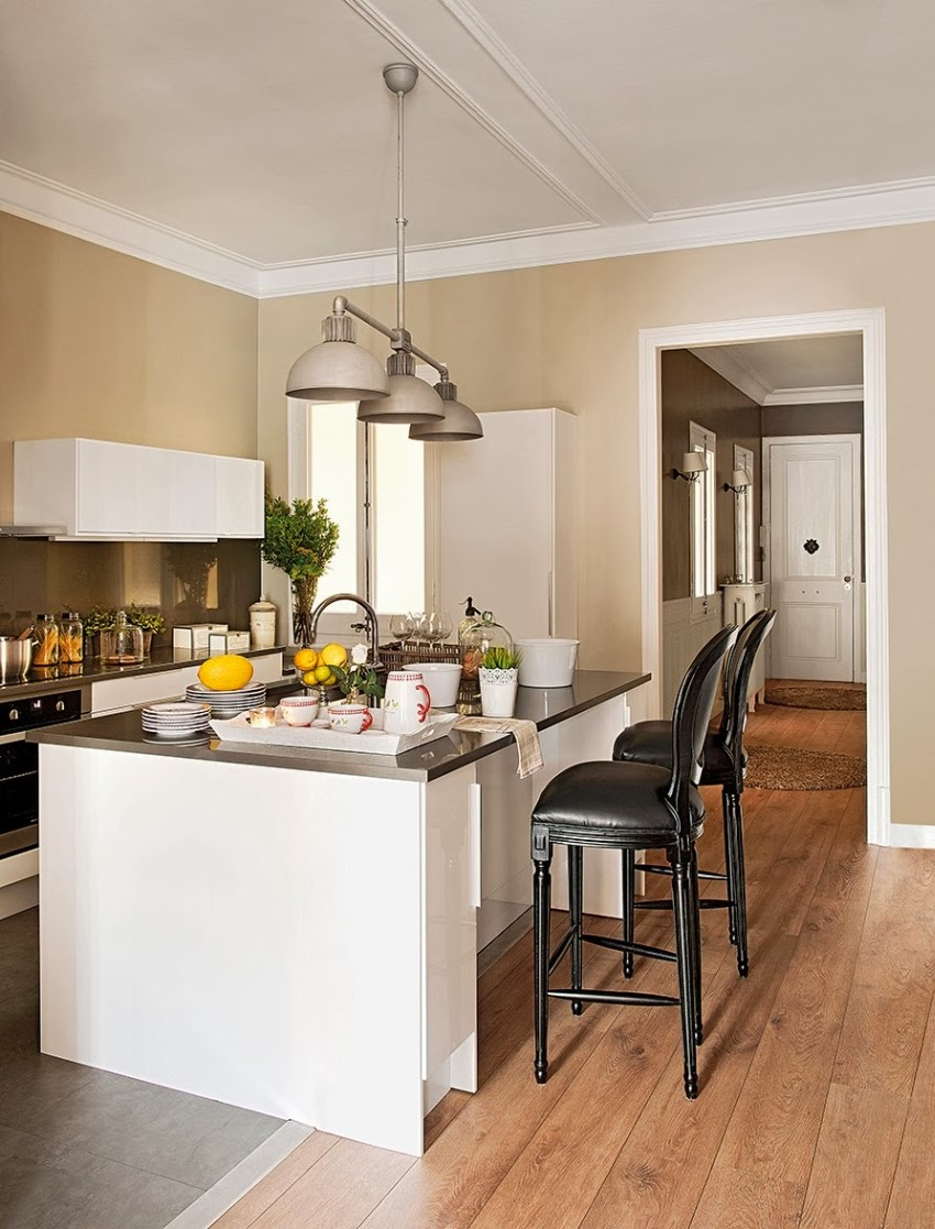 Szykowne wnętrze z misternymi zdobieniami, wystrój wnętrz, wnętrza, urządzanie domu, dekoracje wnętrz, aranżacja wnętrz, inspiracje wnętrz,interior design , dom i wnętrze, aranżacja mieszkania, modne wnętrza, styl klasyczny, sztukaterie, styl francuski, kuchnia