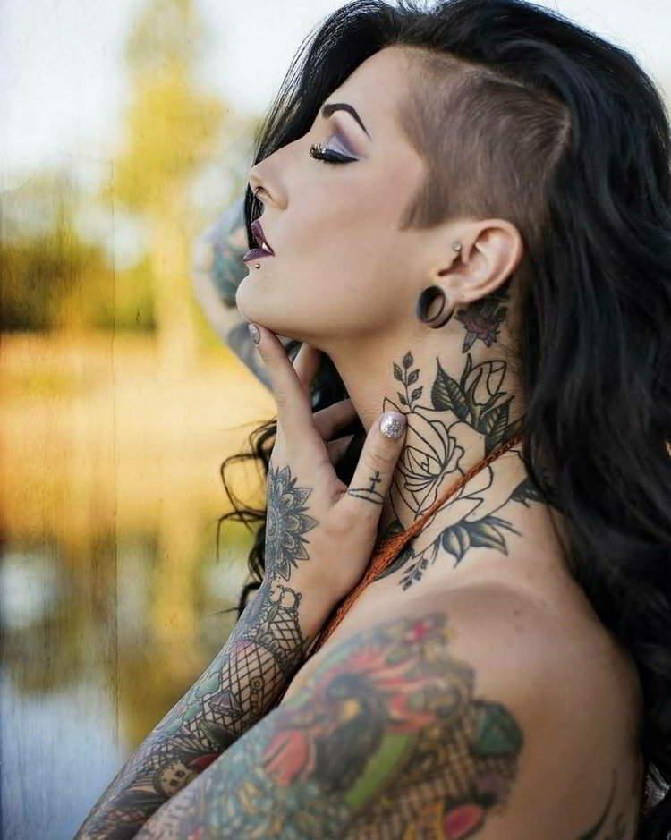 foto de una mujer tatuada muy atractiva