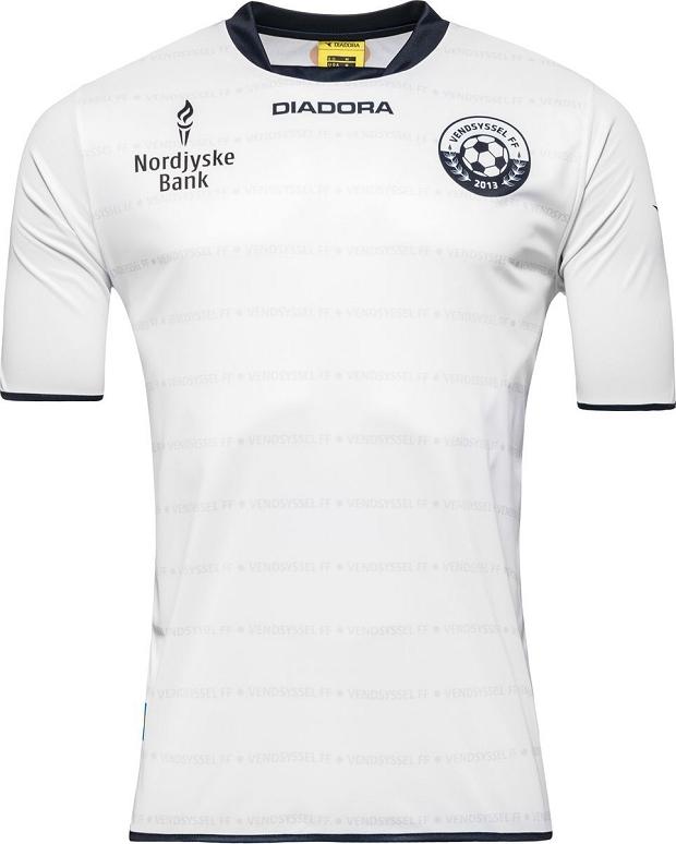O modelo é predominantemente branco com o nome do clube escrito linhas  horizontais na cor cinza. Detalhes em preto aparecem na gola e nos punhos. 374825c1a470c