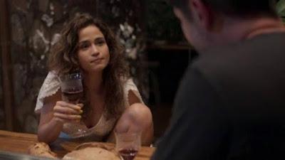 """Érica janta com Raul em """"Amor de mãe"""". (Foto: Rede Globo/Reprodução)"""