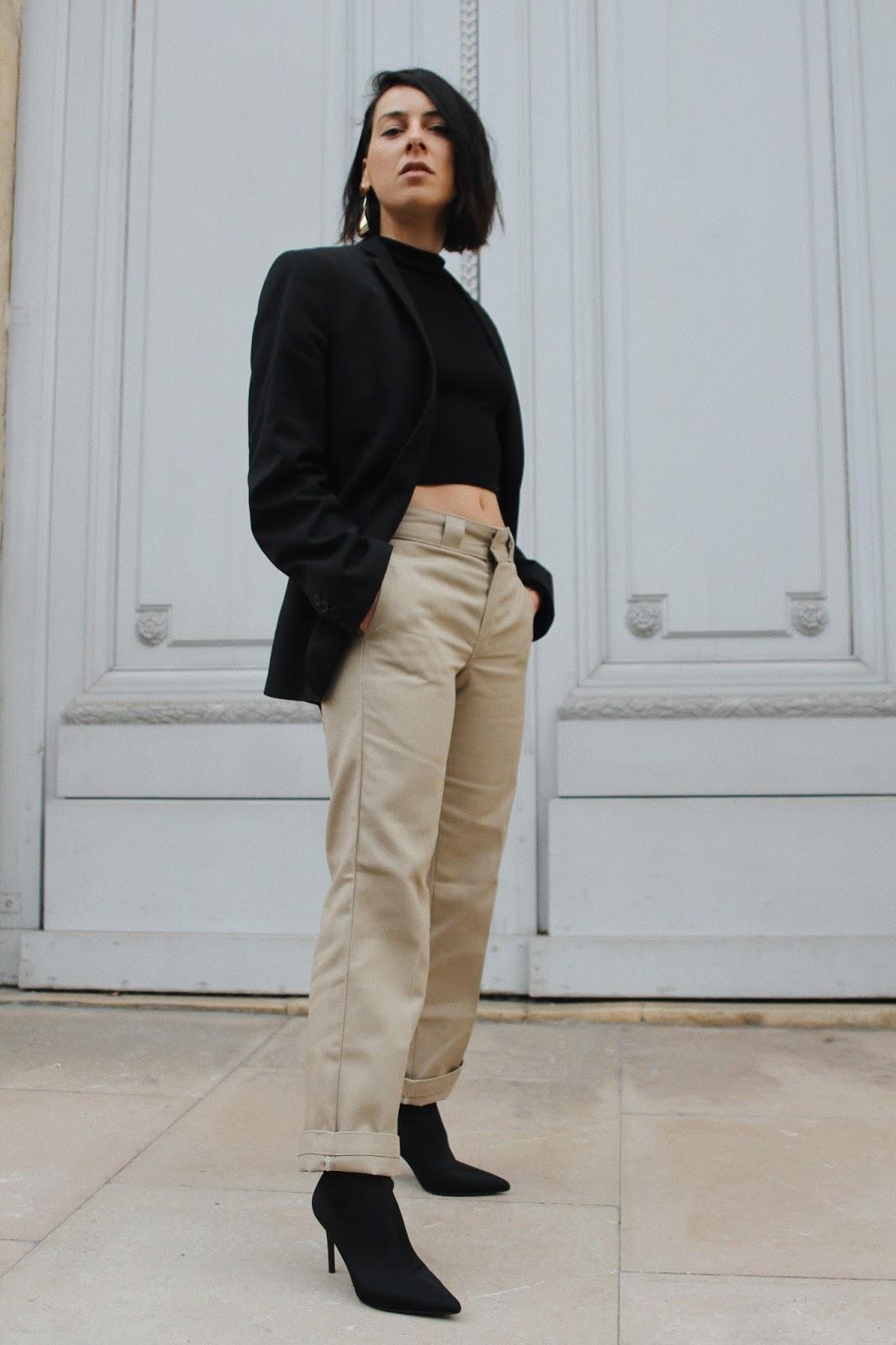 pantalon kaki tendance printemps et blazer épaulettes