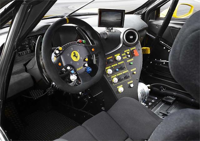 Cockpit des Ferrari 488 Challenge, Lenkrad mit Knöpfen und Schaltpanel
