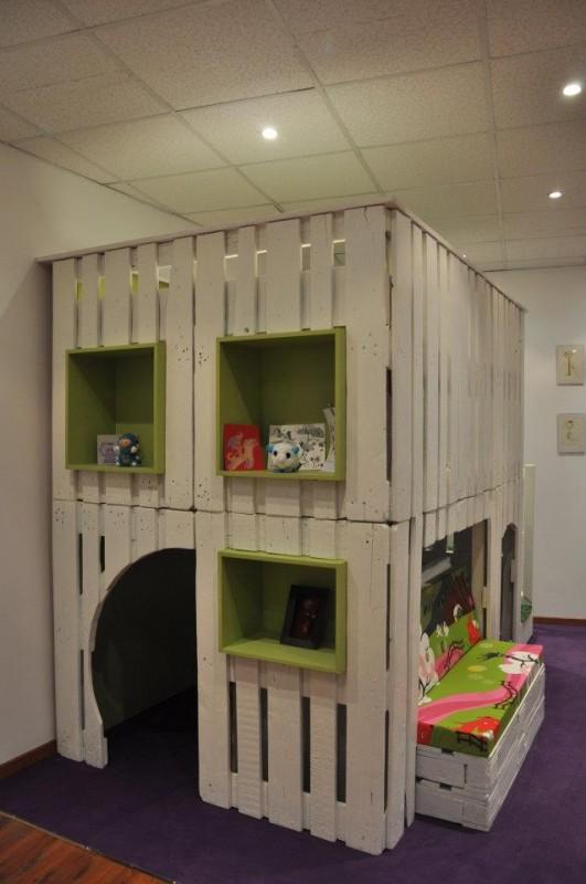 une cabane en bois de palettes. Black Bedroom Furniture Sets. Home Design Ideas
