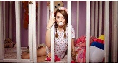 هذه الفتاة الأمريكية تبلغ من العمر عشرين عاماً  وتحبسها أمها داخل قفص يوميا لاتخرج منه والسبب صدم الجميع !!  شاهدوا