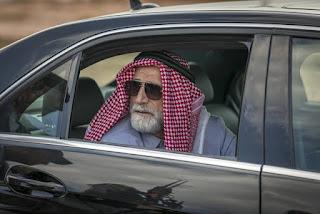 Em Órfãos da Terra, Aziz é um poderoso sheik que passa por cima de todos quando quer algo — Foto: Paulo Belote/TV Globo