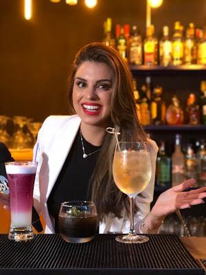 Mônica no bar com drinks inspirados em corte de cabelo (Foto: Divulgação/SBT)