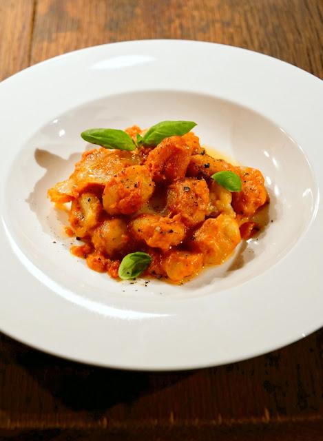 Gnocchi alla Sorrentina mit Tomatensauce, Mozzarella und Basilikum.