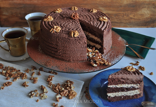 tort: biszkopt czekoladowy i masa kremowa