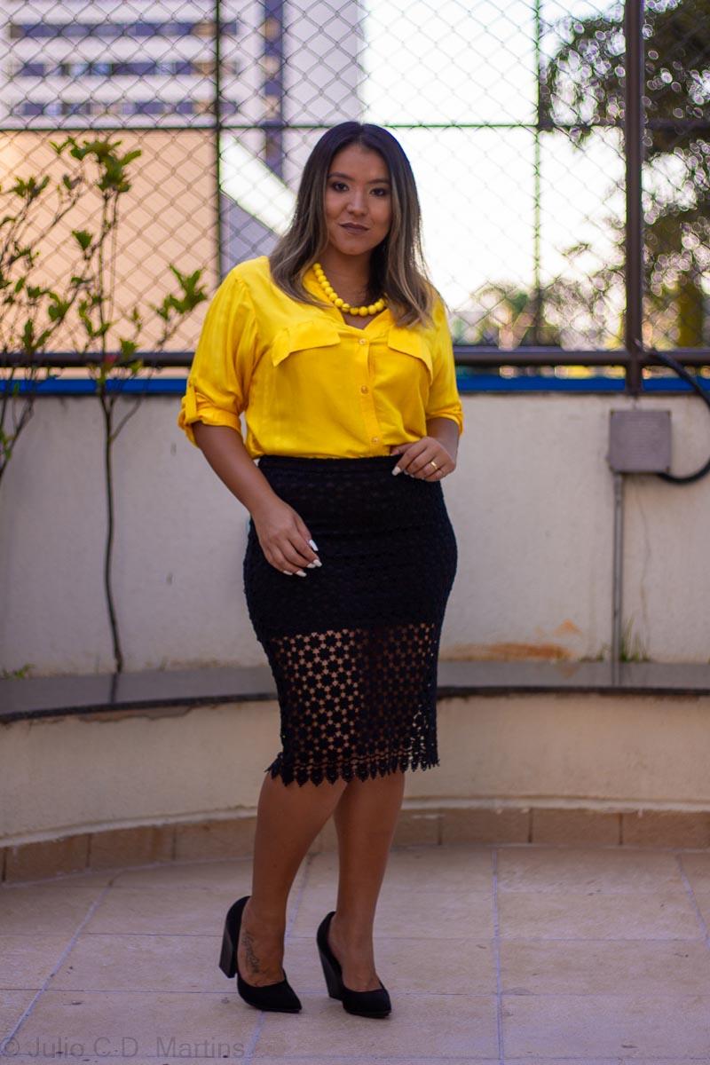 Look do dia: Camisa amarela e saia midi de renda com uma leve transparência