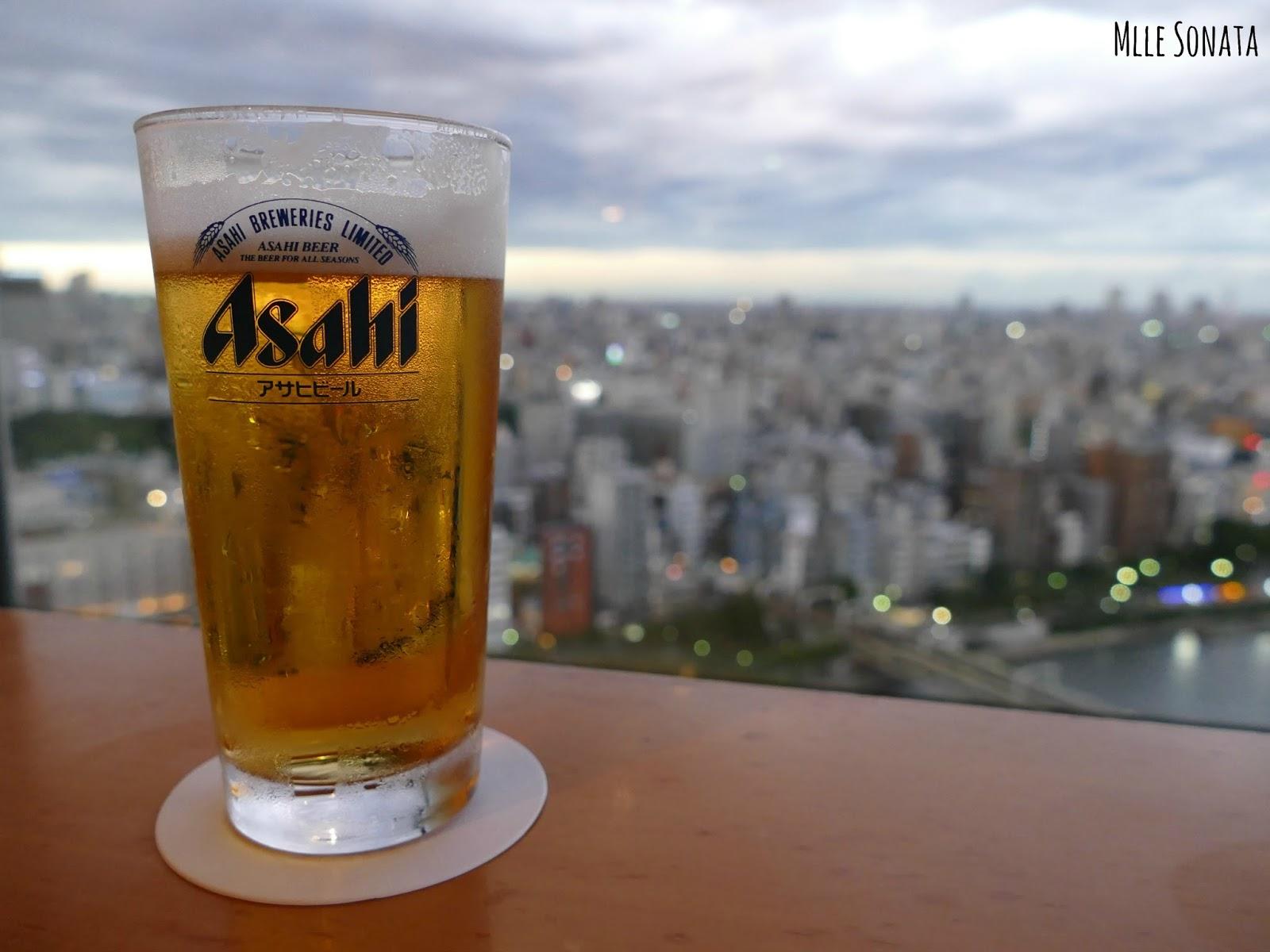 Une bière avec une jolie vue ! Après avoir marché des km, ça fait du bien !