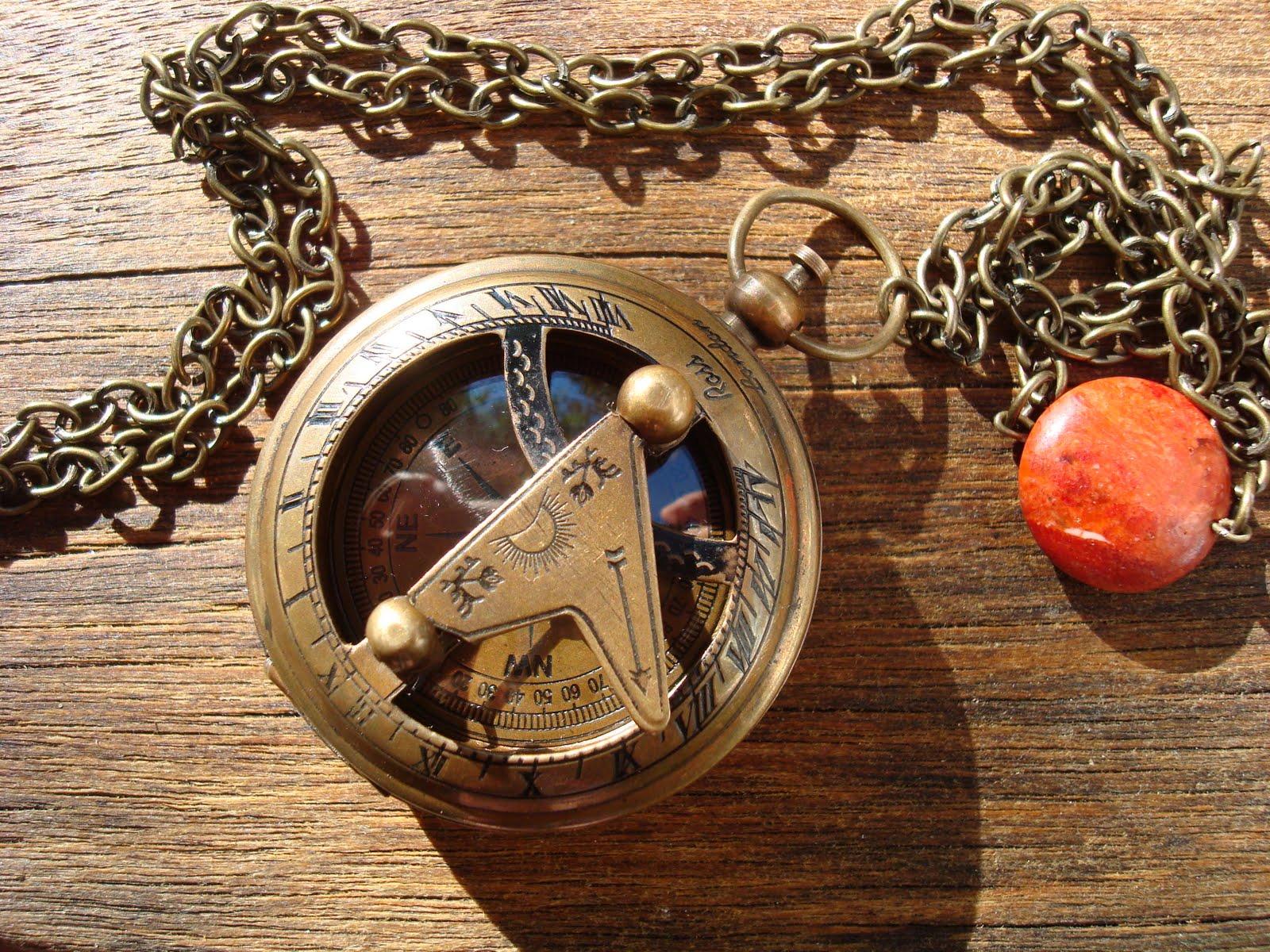 4fad96914461 Espectacular brújula envejecida con reloj de sol en la tapa