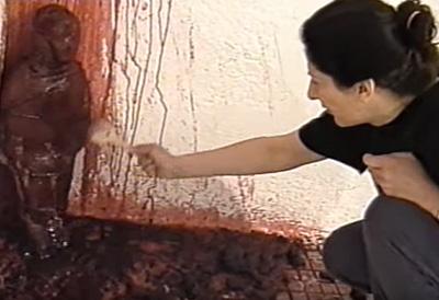 marina abramovic haciendo ritual de sangre con un muñeco de madera