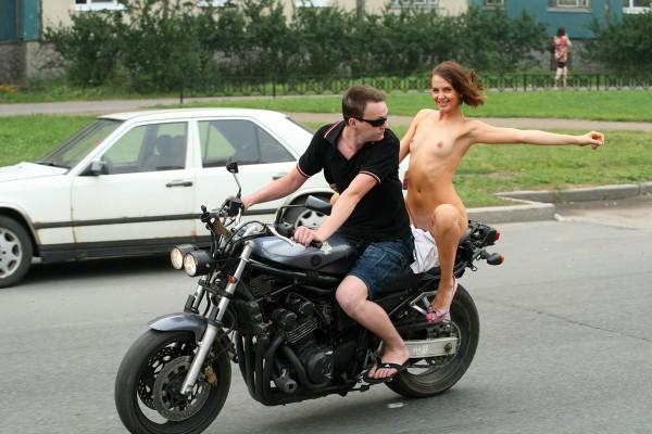Esibizionista nuda in moto