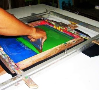 cara-membuat-sablon-kaos-manual-dengan-screen-print-cat-sablon